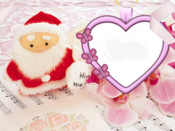 Новогодние рамки. Миленькая новогодняя рамка для детских и женских фотографий. Новогодняя рамка сделана в нежно-розовых и лиловых тонах, а сама новогодняя рамка в виде сердечка, украшена бабочками и лентами. В качестве фона – нотная тетрадь, плюшевый дед Мороз и прекрасные цветки орхидеи. Нежная новогодняя рамка для девочек и девушек обязательно тронет Ваше сердце.
