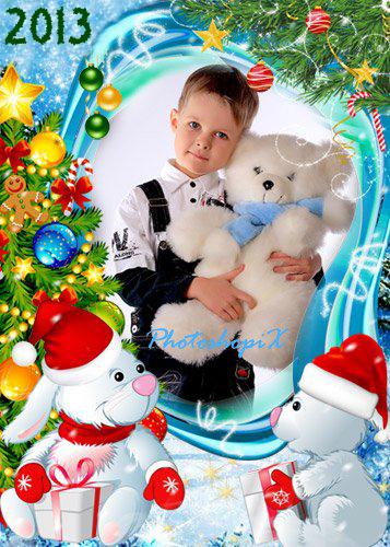 Новогодние рамки. Вертикальная новогодняя рамка для детских фотографий на бирюзовом фоне с яркими новогодними ёлочками и нестандартной рамкой. Под рамочкой сидят два белых зайки с большими подарками в праздничных красных шапочках и обсуждают, что же такое им подарил дедушка Мороз. Отличная детская новогодняя рамка всегда поднимет Вам настроение.