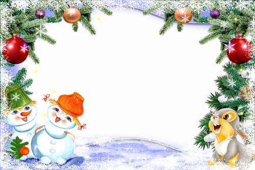 Новогодние рамки. Забавная детская новогодняя рамка для горизонтальной фотографии. Качественная и красивая окантовка рамки выполнена в классическом стиле. Еловые ветки и морозные узоры сочетаются с замечательными ёлочными украшениями. Внизу рамки мы видим пару милых снеговичков и хорошенького зайчишку, на нос которого приземлилась белоснежная красавица-снежинка. Детская новогодняя рамка для создания праздничного оформления фотографии поднимет вам настроение и порадует всю семью.
