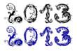 На белом фоне фигурным шрифтом выполнены одна под другой две надписи 2013. В одной (верхняя) надписи 2013 цифры написаны чёрным цветом, в другой (нижняя) синим.