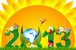 Солнце и трава, а на фоне их зеленая надпись 2013 украшенная цветами и птицами.