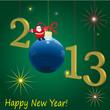 Зелёный фон, на нём вспышки огоньков, в левом нижнем углу надпись happy new year! В середине надпись 2013, вместо 0 синий шарик, а на нём дед мороз.