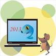 На фоне жёлтых и зелёных кругов мышка держит ноутбук на котором нарисована голубая змея и надпись 2013