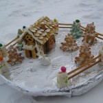 Шикарный новогодний десерт. Деревенский новогодний пейзаж, из бисквитов построены домики и забор, ёлочки. А из сливочного крема сделан снег