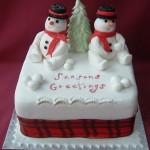 Возле ёлочки сидят два снеговика: так украшен торт для новогоднего стола