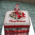 Стильный новогодний торт, украшенный Сантой из марципана