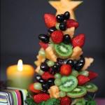 Эффектная ёлочка из разных фруктов и ягод, которую при желании можно покрыть прозрачным фруктовым желе или желе из шампанского