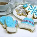 Новогоднее и рождественское печенье. При помощи формочек вырезаем из песочного теста шапочки, рукавички, снежинки и другие новогодние символы и расписываем разноцветной глазурью