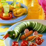 Салат из свежих овощей выложен в виде змеи: полезно, ярко, красиво