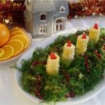 Украшаем салат свежим укропом, которые напоминают еловые ветви и свечками из сырного салата с пламенем-морковкой