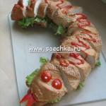 Мясной паштет выложен в виде змеи и украшен кетчупом и редисом