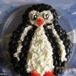 Милый пингвин из крабового салата, оформленный маслинами и морковью