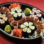 Для любителей суши: в новогоднюю ночь вы можете подать к столу суши сет, выложив суши и ролы в виде змеи