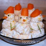 Делаем снеговиком из крабового салата, на голову надеваем ведёрки из моркови