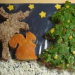 Лось и белочка у наряженной ёлки ждут Нового года - отличное оформление новогоднего салата