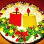 Сырный салат украшеный свечами из красного и жёлтого перца и зеленью - эффектное новогоднее блюдо