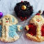 Делаем салат и оформляем его в виде Деда Мороза и Снегурочки. Для оформления используем пищевые красители