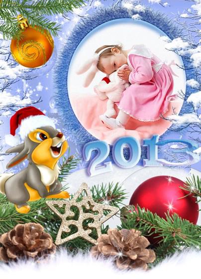Новогодние рамки. Потрясающая новогодняя рамка для детских фотографий на фоне прекрасного зимнего пейзажа. На фоне волшебного синего неба мы видим покрытые свежим снежком ветки деревьев и еловые ветви, на которых висят красивые новогодние ёлочные шары рыжего и красного цвета с золотыми узорами. Сама новогодняя рамка овальной формы, а снизу на неё удивлённо смотрит симпатичный серый зайка в праздничной новогодней шапочке.