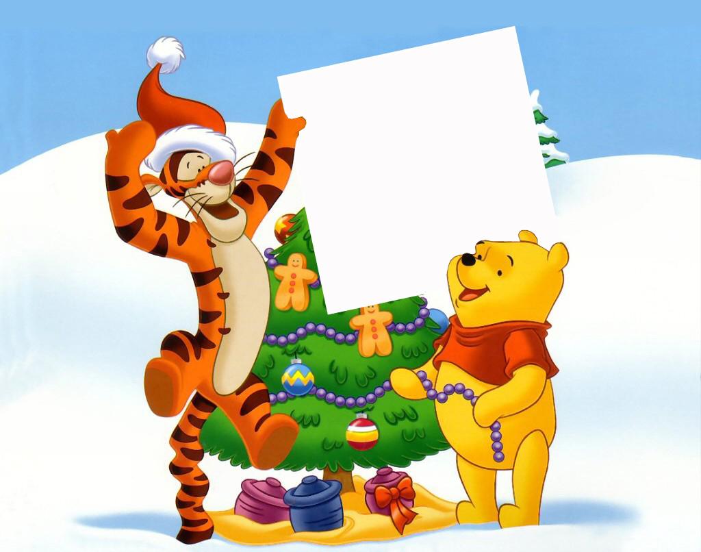 Новогодние рамки. Мультяшная новогодняя рамка небольшого размера, рассчитанная на одну фотографию. На бело-синем фоне всеми любимые персонажи Винни-Пух и Тигра держат рамочку для детской фотографии. За рамочкой стоит чудесная ёлочка, украшенная сладостями и разноцветными шариками, а под ёлкой стоят горшочки с мёдом, обёрнутые подарочной лентой.