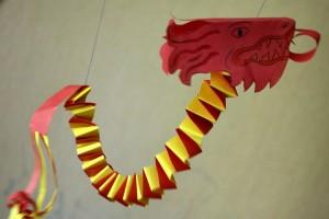"""Бумажный дракон висит на палочке и """"танцует"""", как марионетка"""