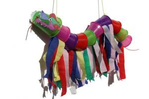 Летающий дракон из цветных одноразовых стаканчиков