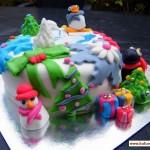 Новогодний торт оформленный ёлочками из марципана и марципановыми снеговиками