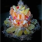 Фрукты на новогоднем столе - традиционное явление. А для красоты их можно выложить в виде ёлочки