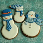 Делаем снеговиком из песочного теста и украшаем их глазурью. Получается прекрасное новогоднее печенье