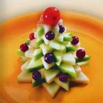 Такую новогоднюю ёлочку можно сделать из яблок, груши, авокадо и украсить вишней, виноградом, любыми ягодами