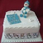 На вкуснейшем новогоднем торте сидит снеговик из бело-голубого марципана