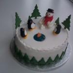 В заснеженном еловом лесу снеговик и пингвины встречают Новый год - отличная тема для оформления новогоднего стола