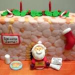 Резиденция Деда Мороза из марципана. И, конечно же, хозяин дома встречает гостей у входа. У него есть список подарков, стакан молока и печенья