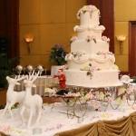 Шикарная новогодняя композиция. Многоярусный торт, на санях из печенья. В сани запряжены два оленя из белой кулинарной мастики. Такой торт украсит любой новогодний стол