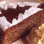 Подобное оформление новогоднего пирожного под силу любому. Из бумаги или фольги вырезаем трафарет, например, ёлочку. Прикладывает трафарет к торту или пирожному, посыпаем торт сахарной пудрой или копрой любого цвета