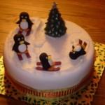 По этому новогоднему торту пингвины катаются на лыжах вокруг ёлки