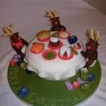 Олени Санты пьют чай - отличная тема для оформления новогоднего торта