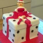 Забавный подарок мужчине на Новый год. Торт в виде подарка на котором сидит снегурочка-стриптизёрша