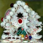 Замечательный рождественский домик из песочного теста, украшенный белой глазурью