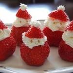 Милые маленькие Санта Клаусы из клубники и взбитых сливок