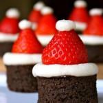 Классическое шоколадное пирожное, украшенное в новогоднем стиле. Снежная шапочка из бизе и новогодний колпак из клубники