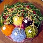 Делаем разноцветные ёлочные шары используя овощи или крашеный пищевыми красителями яичный белок