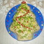 Салат в форме ёлочке украсим зеленью и делаем гирлянду из разноцветного сладкого перца