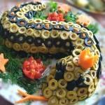 Милая змея из фаршированых маслин и оливок, украшенная морковкой