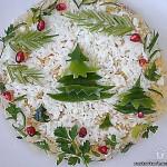 Оформляем салат при помощи зелени и красного перца. Получается украшенная ёлочка и остролист