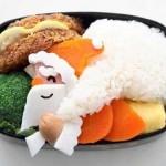 Дед Мороз несёт мешок подарков. Для украшения используем яичный белок и морковь