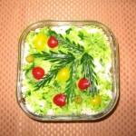 Украсим салат веточкой зелени с шариками из разноцветных овощей