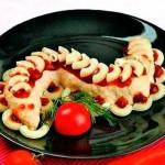 Итальянский салат с макаронами оформлен в форме змеи