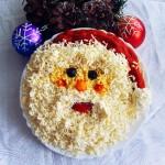 Сырный салат при помощи желтка и белка оформляем в виде деда мороза в красной шапке из перца