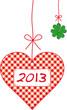 На клетчатом сердечке надпись 2013 и рядом - листик клевера с четырьмя лепестками - на удачу