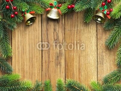 Баннер в стиле кантри. Гирлянды их хвои и ёлочных шаров, новогодняя символика на фоне серых и коричневых струганых досок (4)
